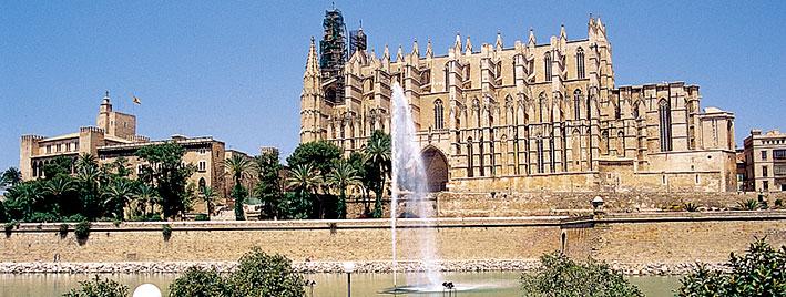 Fountain outside Bienvenido a la Cathedral de Mallorca